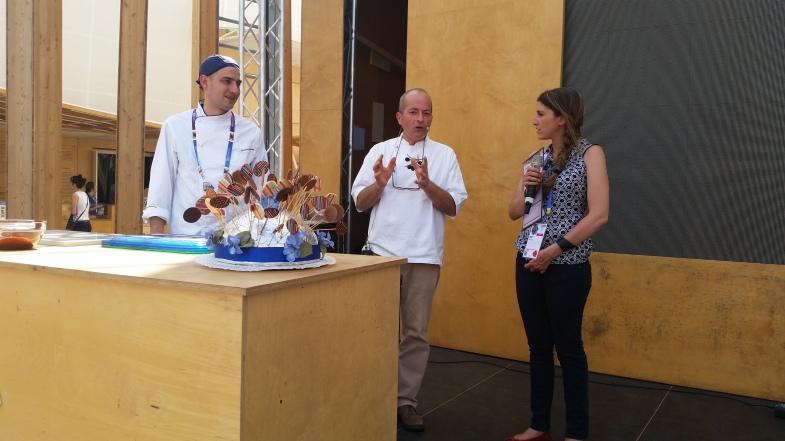 Gli chef Carmine Panno e Adolfo porta di Chi Ghinn si preparano per creare i lecca lecca al cioccolato speziato